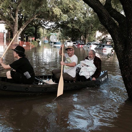 Rabbi & familie in a canoe during the Hurricane
